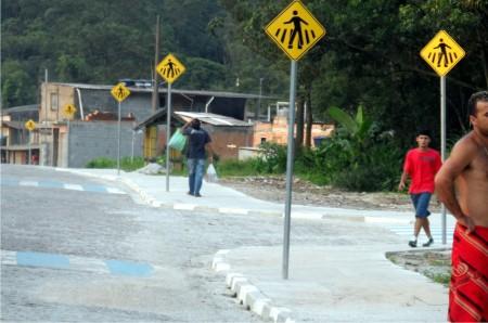 A quantidade de placas de travessia de pedestres parecer ser exagerada.