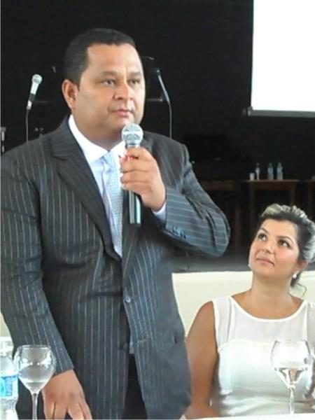 Saulo, observado pela esposa, durante o juramento oficial